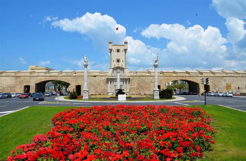 Puerta-de-Tierra-entrada-al-populo,-Cadiz