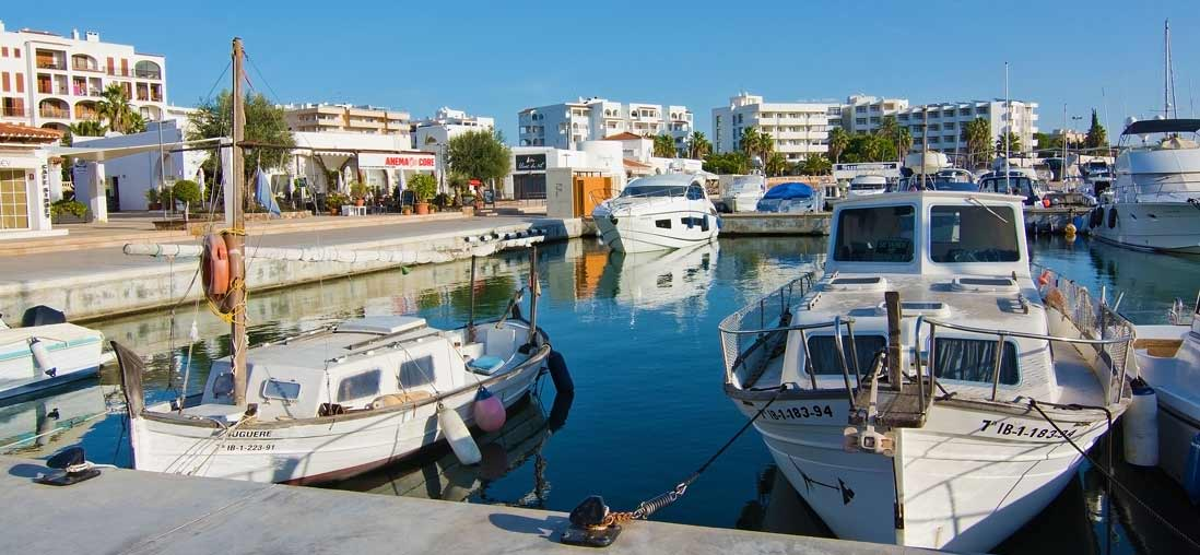 Barcos amarrados en el Puerto de Santa Eulalia del Rio en la Isla de Ibiza