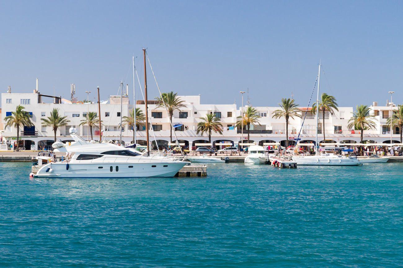 Barcos amarrados en el puerto de la Sabina