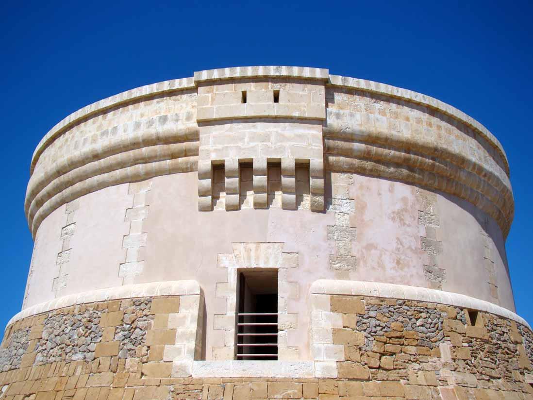 Vista de la parte alta de la Torre de Fornells en Menorca, Islas Baleares