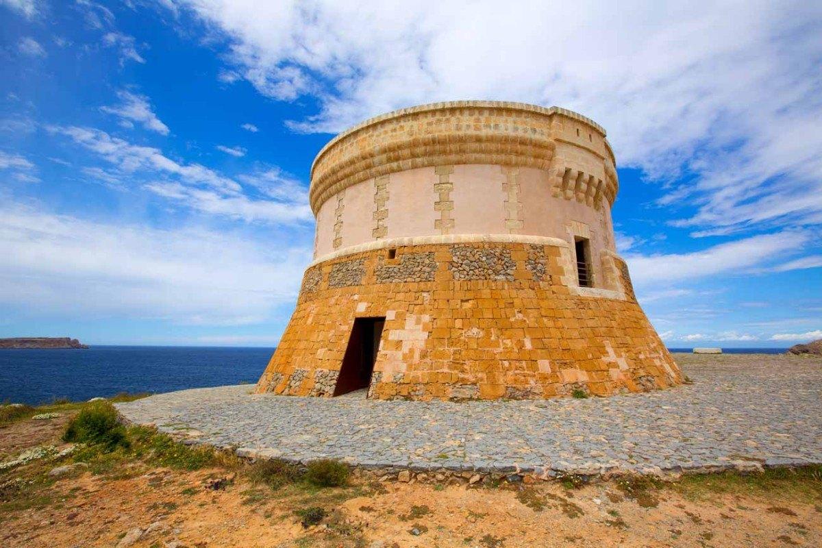 Torre fornells frente al mar en Menorca, Islas Baleares