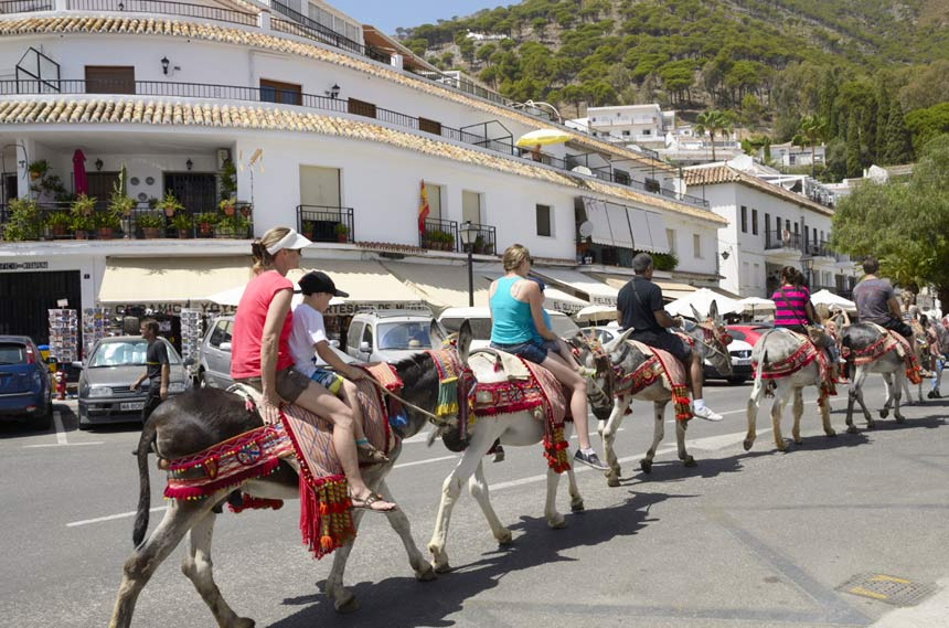 turistas subidos en burro taxi en Mijas