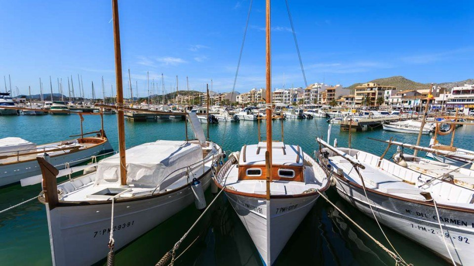 barcos tradicionales en el puerto de alcudia