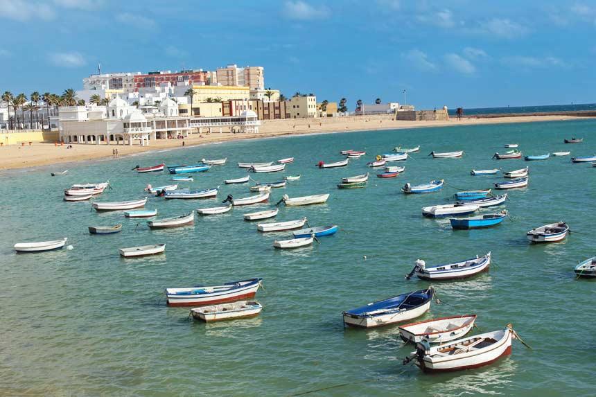 barcos tradicionales amarrados frente a la playa de la Caleta de Cadiz