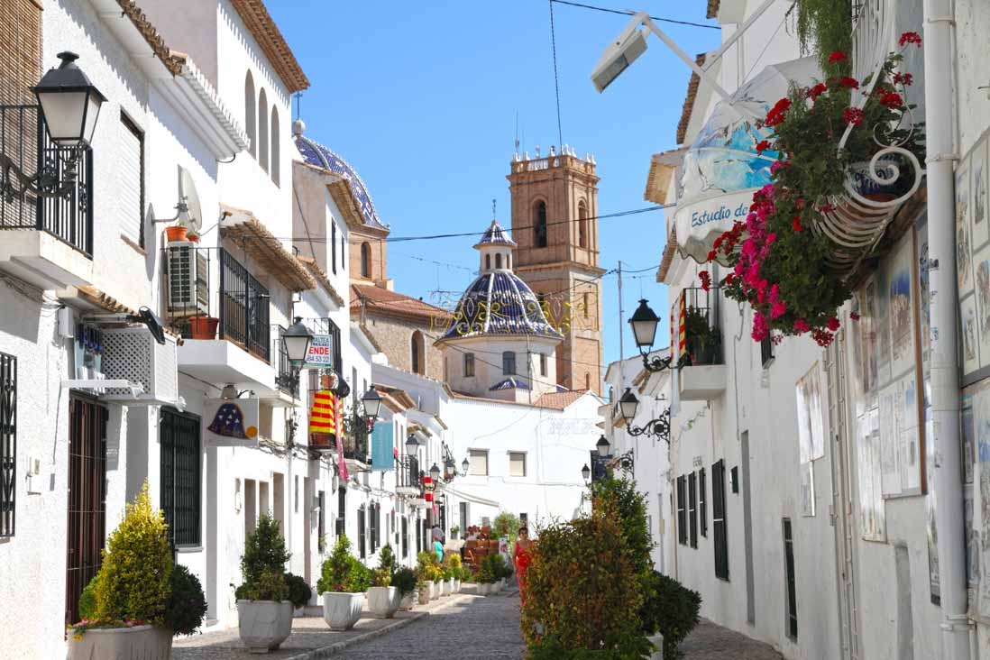 calles estrechas casco antiguo Altea junto a la iglesia del consuelo