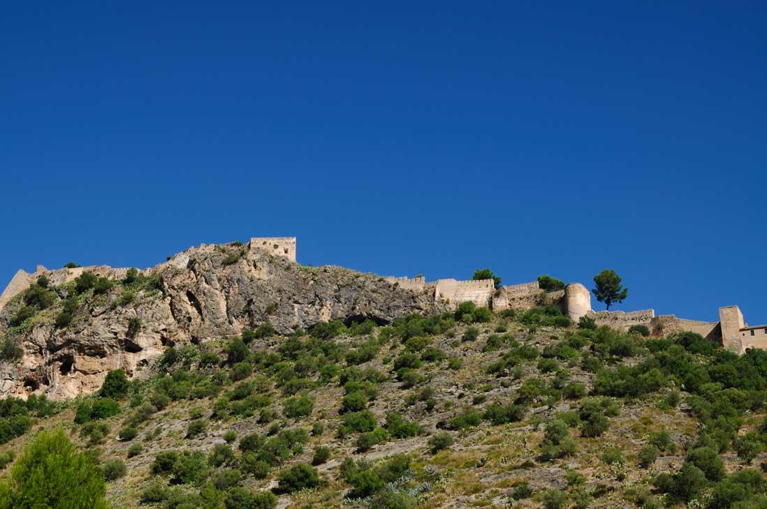 cima del castillo de xativa en lo alto de la montaña