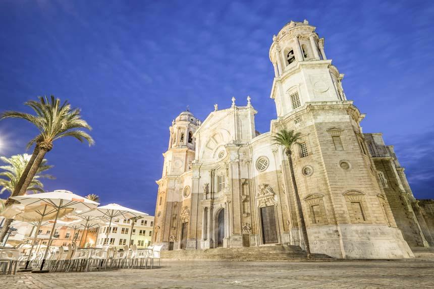 catedral de cadiz al anochecer