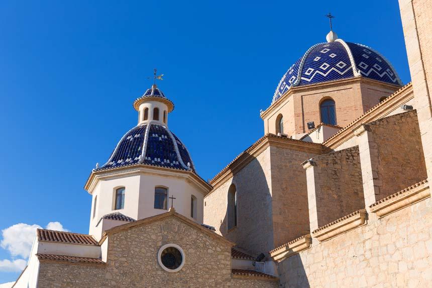 cupulas azules de la iglesia de nuestra señora del consuelo en Altea