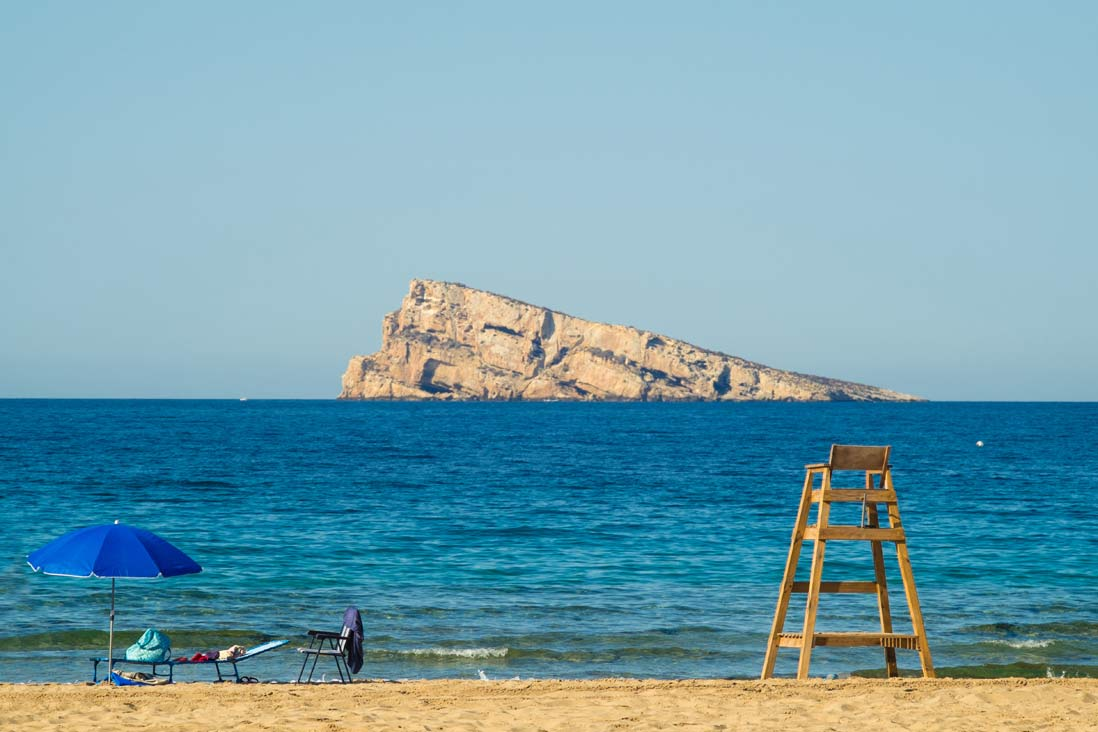 bonita isla de Benidorm frente a la playa de Benidorm
