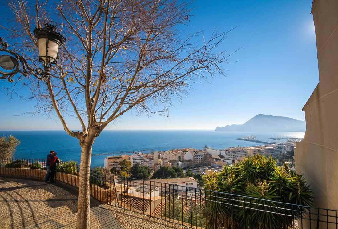 mirador altea sobre el mar mediterraneo y la sierra de Bernia