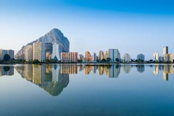 panoramica de la ciudad de calpe con el peñon de ifach al fondo