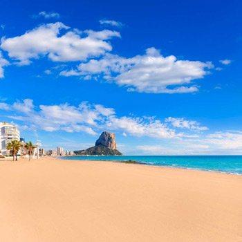 vista panoramica playa arenal bol en calpe y el peñon de ifach en la costa blanca