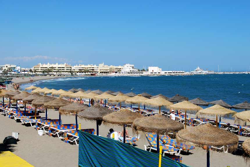 parasoles y bañistas en la playa de santa ana en Benalmadena