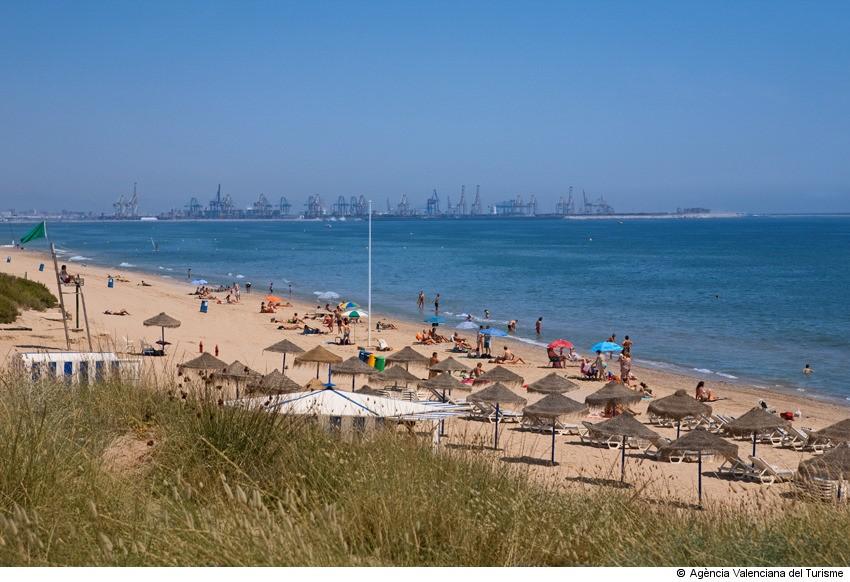 bañistas en la playa el Saler de Valencia