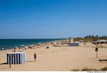 bañistas en la playa el saler en Valencia