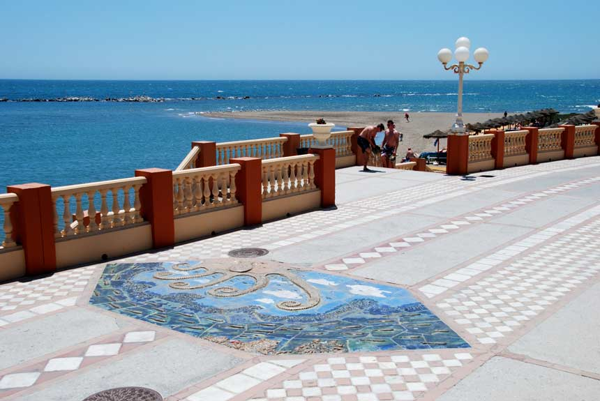 paseo maritimo de la playa de santa ana en Benalmadena