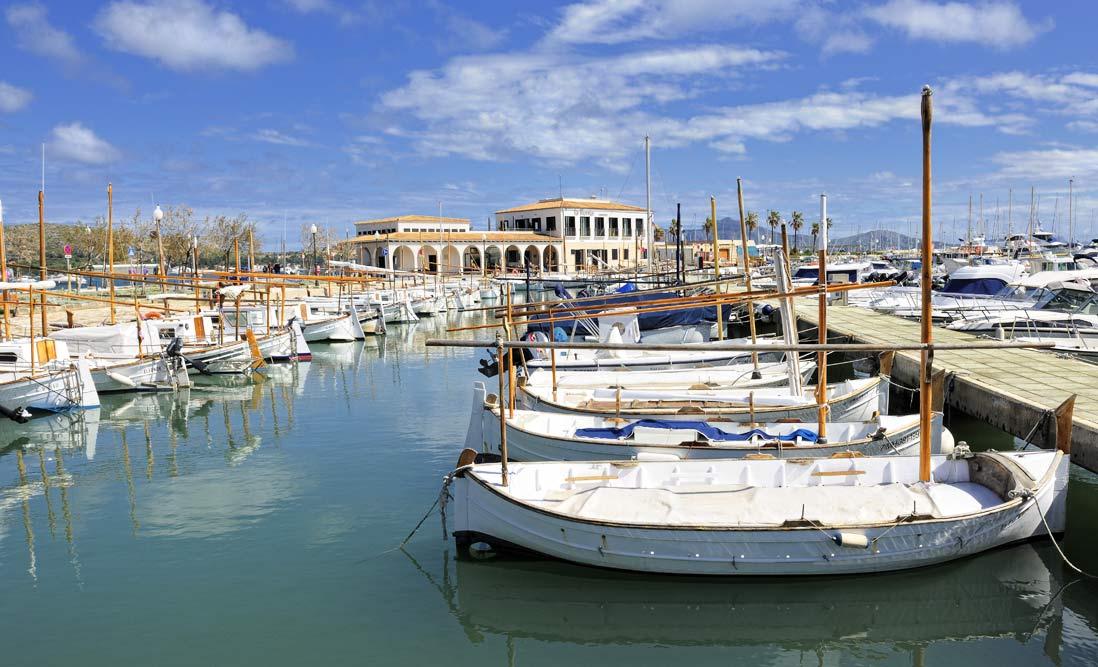 barcos tradicionales amarrados en el puerto de pollensa