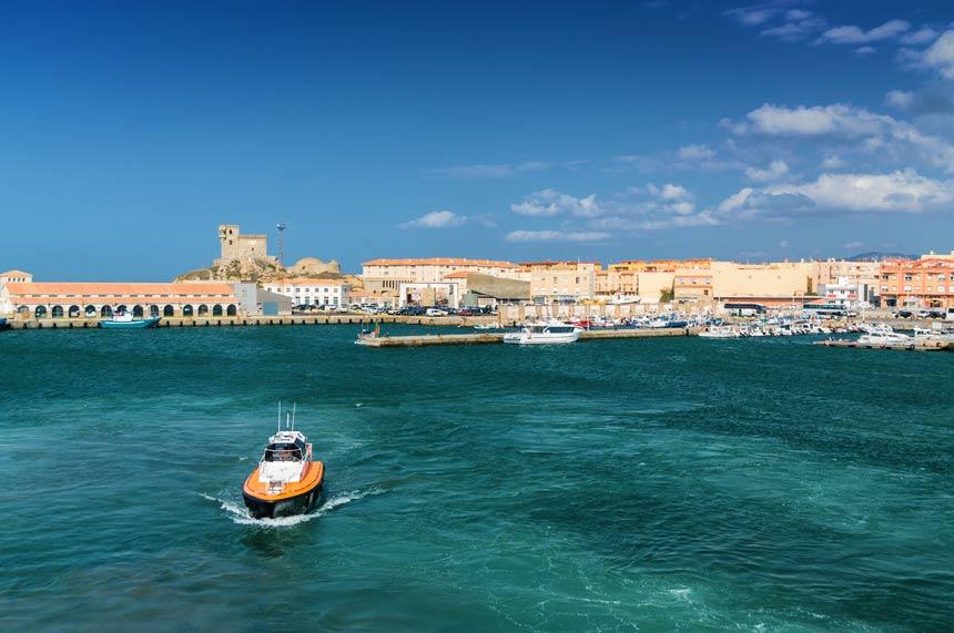 embarcacion frente al puerto de Tarifa