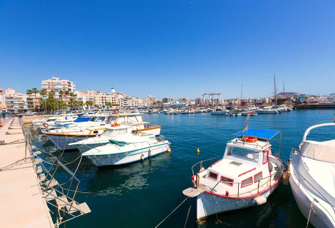 barcos amarrados en el puerto de la ciudad de Águilas