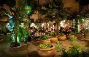 terraza del restaurante el jardin del califa en Vejer de la frontera