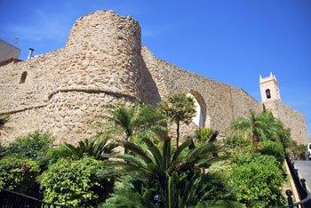 Torre de la Peça y murallas en el casco antiguo Calpe