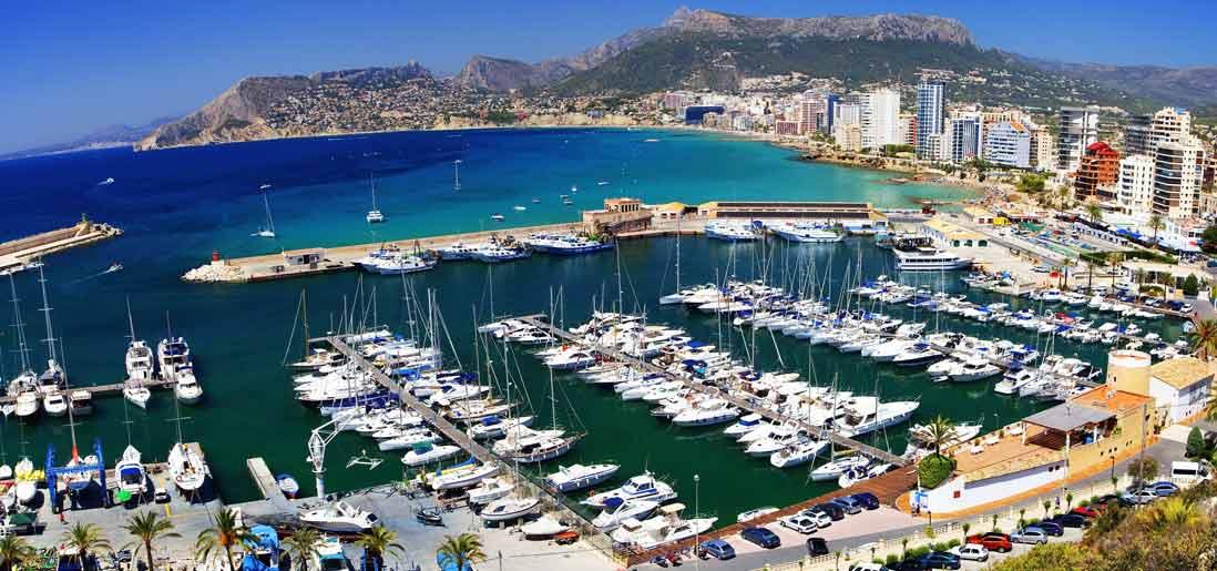 Vista aerea de Calpe.Barcos y grandes edificios dominan la ciudad