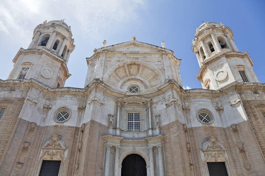 vista frontal de la fachada de la Catedral de Cadiz