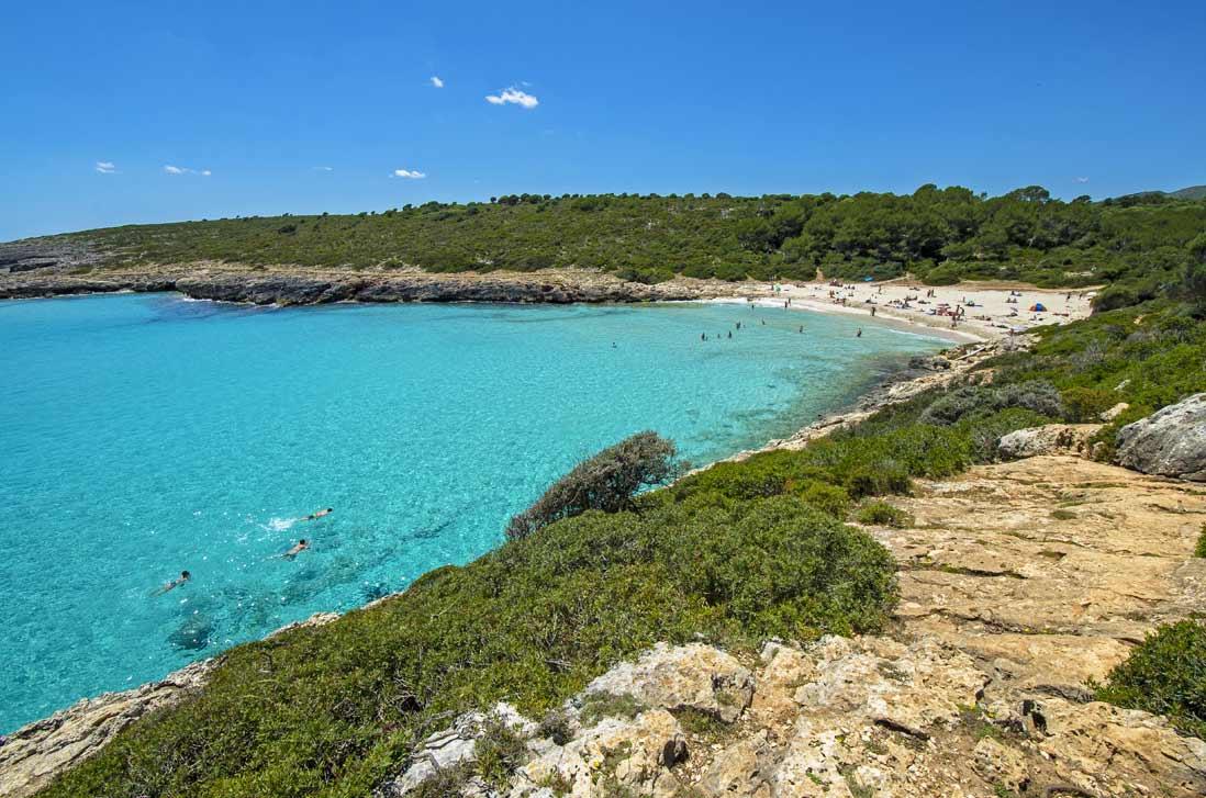 Aguas cristalinas y bañistas en la playa Cala Varques en Manacor isla de Mallorca