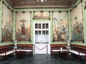 sala interior con murales antiguos del casino de Aguilas en la Costa Calida