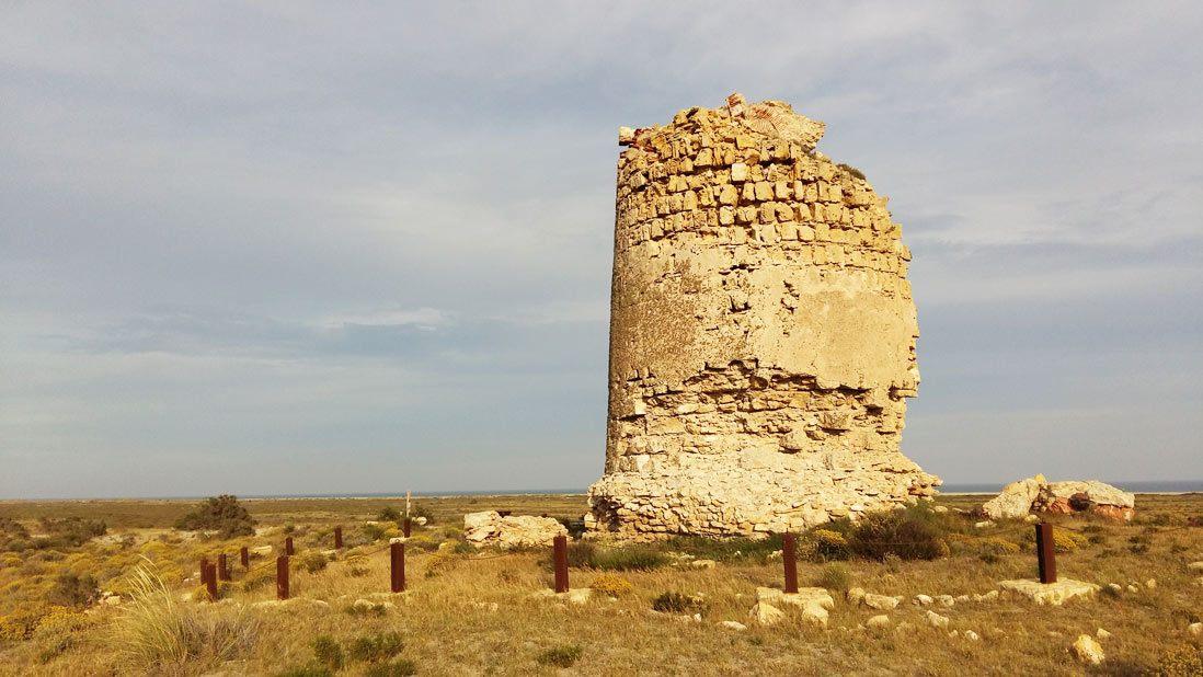 Torre antigua del Paraje Natural Punta Entinas-Sabinar Almería