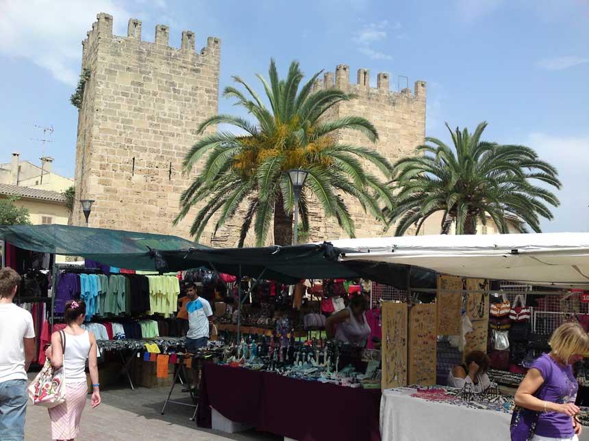 Mercado de alcudia con las antigua puertas de acceso y las murallas de Alcudia