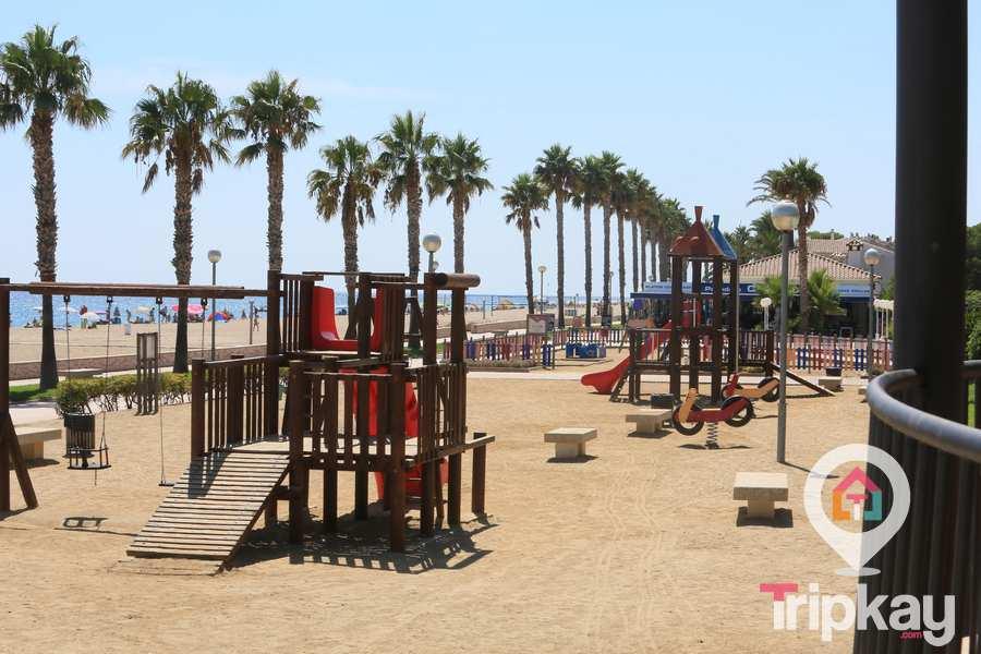 Juegos infantiles en Playa Cristal