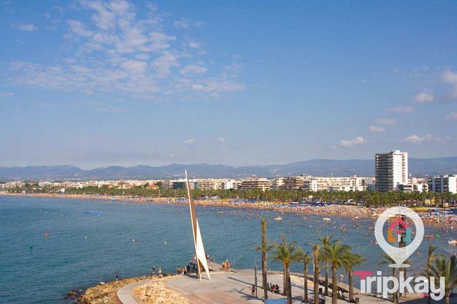 Monumento Els Pilons con la playa de Levante al fondo