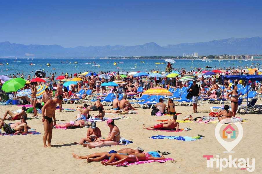 Bañistas en la Playa de Levante de Salou