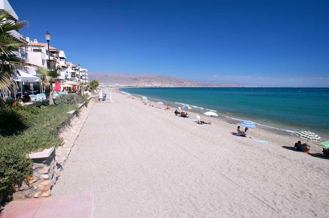 playa de la Romanilla en Almeria durante el verano