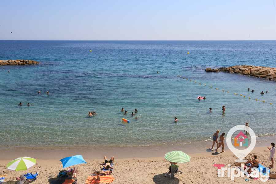 bañistas en la playa Alguer