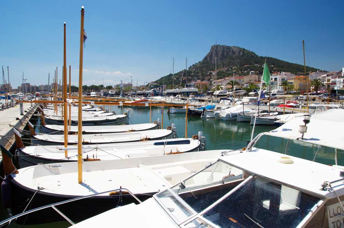 embarcaciones amarradas en el puerto de l'estartit en al costa brava