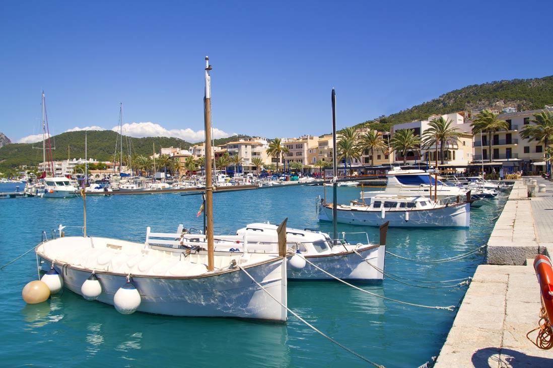 embarcaciones tradicionales mallorquinas amarradas en el puerto de Andrach