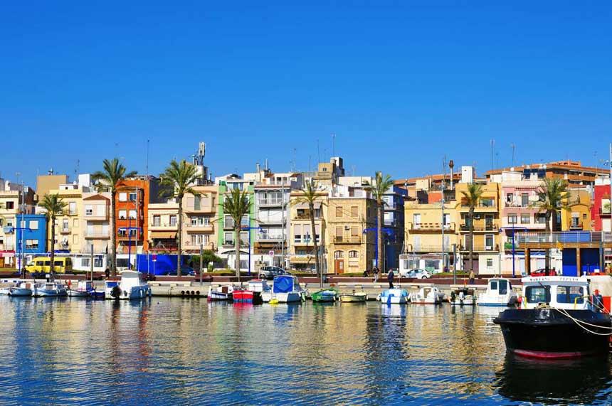 vista del puerto de Tarragona y el barrio del Serrallo