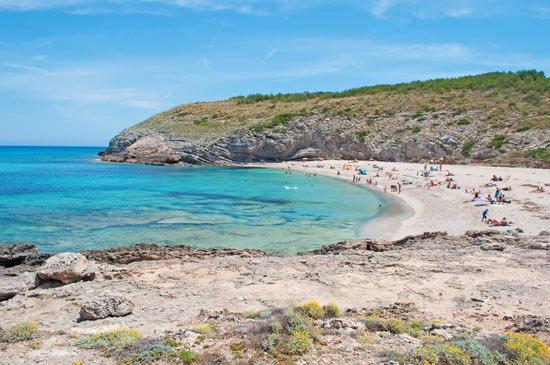 aguas cristalinas color turquesa de la playa Cala Torta en Arta, Mallorca