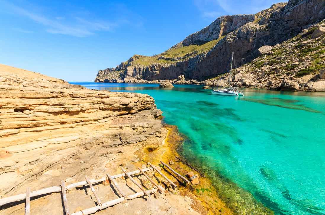 aguas cristalinas de aguas cristalinas Cala Figuera de Pollensa al norte de Mallorca en la peninsula de Formentor