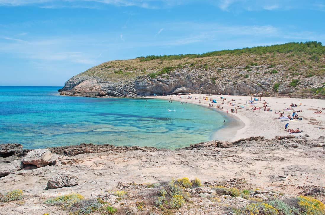 bañistas en la playa Cala Torta de Arta
