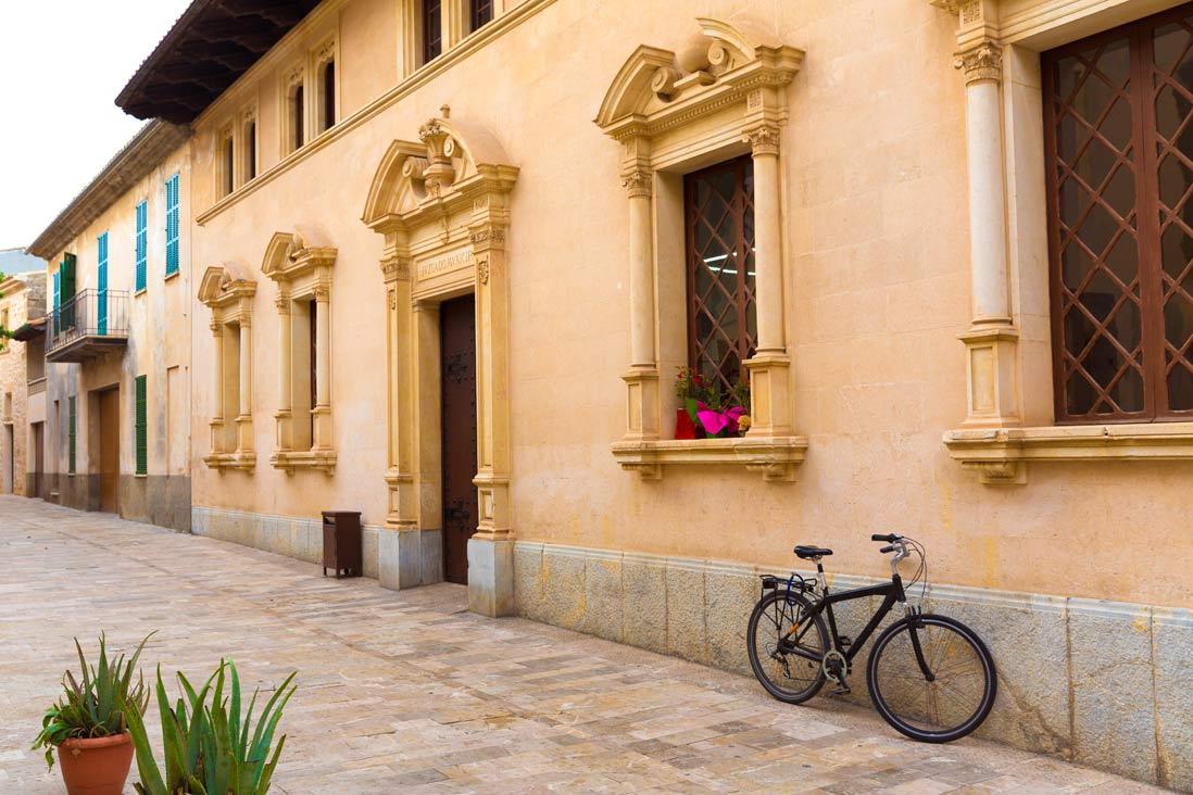 Edificios antiguos y señoriales de las calles del casco antiguo de Alcudia