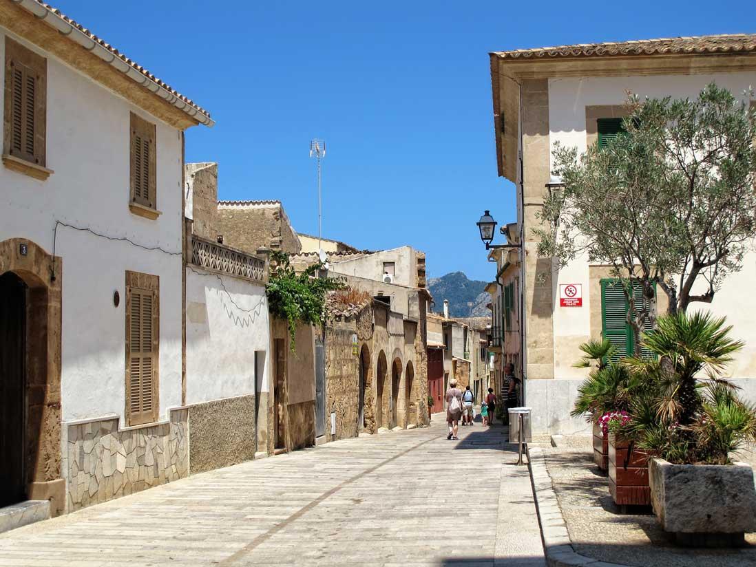 Calles estrechas y empedradas del casco antiguo de Alcudia al norte de Mallorca