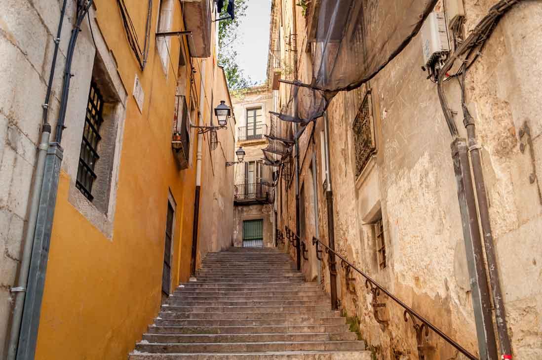 calles estrechas del casco antiguo de l'escala en costa brava