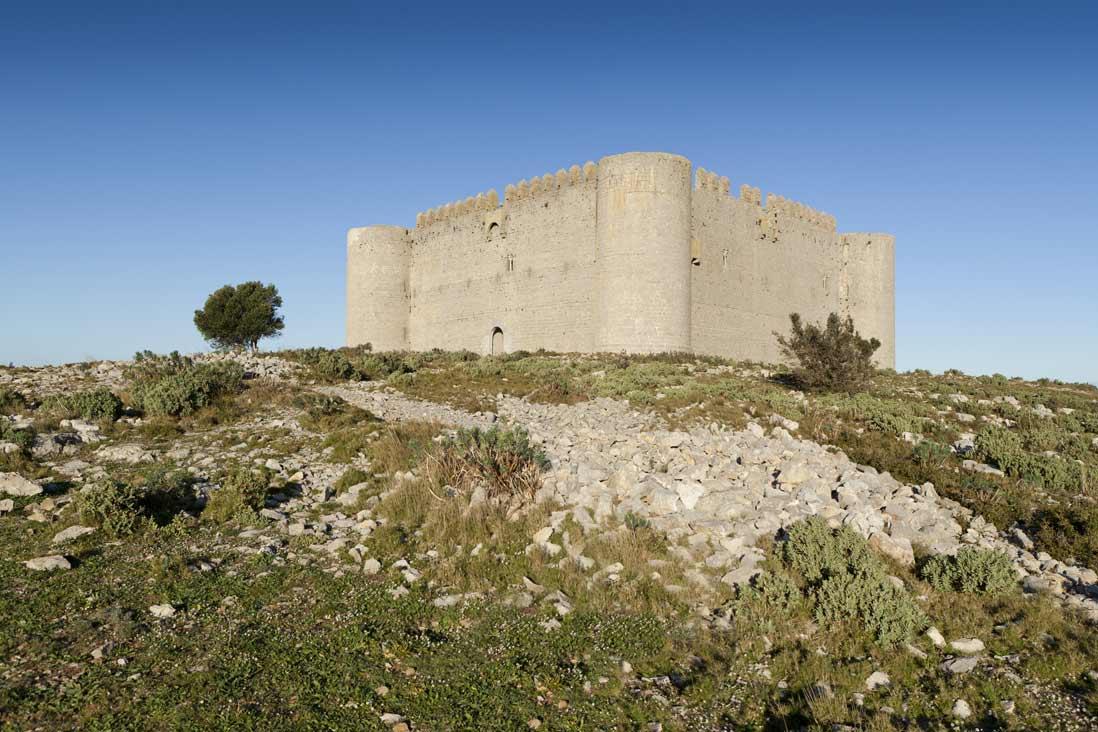 gran castillo de torroella de montgri en la costa brava