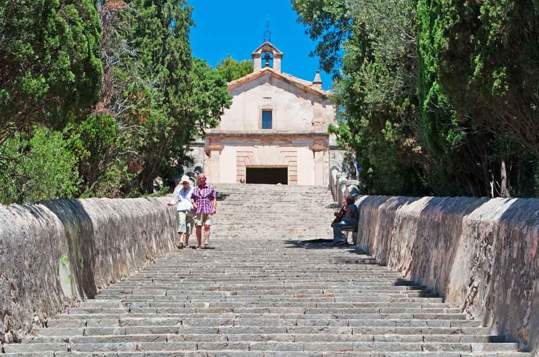 ascenso a la iglesia de El Calvario de Pollensa en Pollença isla de Mallorca