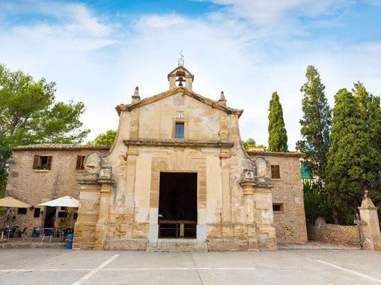 fachada principal de la iglesia del calvario en Pollensa