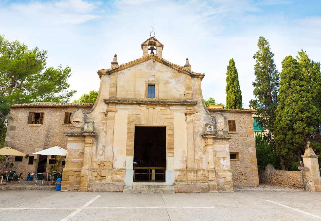 fachada principal de la iglesia de El Calvario de Pollensa