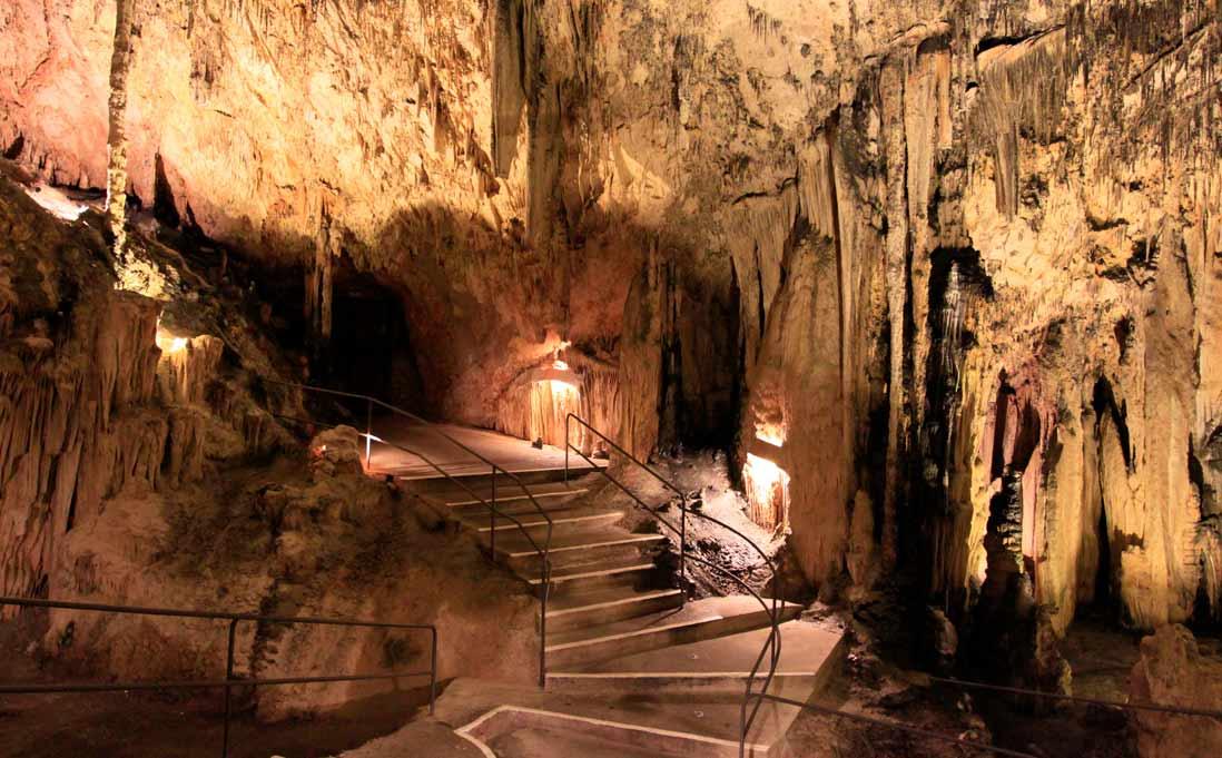 interior de las cuevas de arta en Mallorca